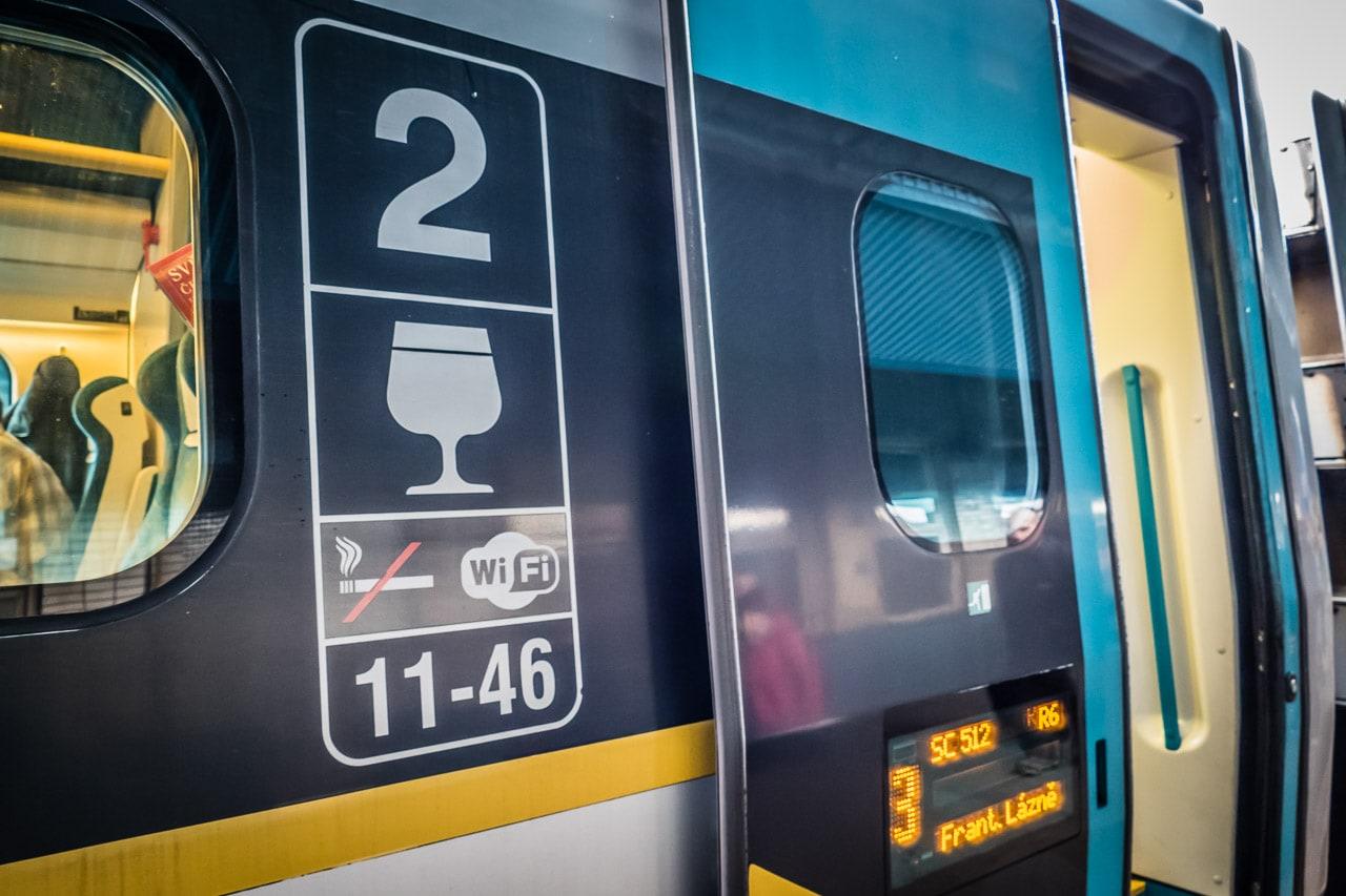 Bistro im Pendolino der Tschechischen Bahn: Auf ein schnelles Bier im Stehen