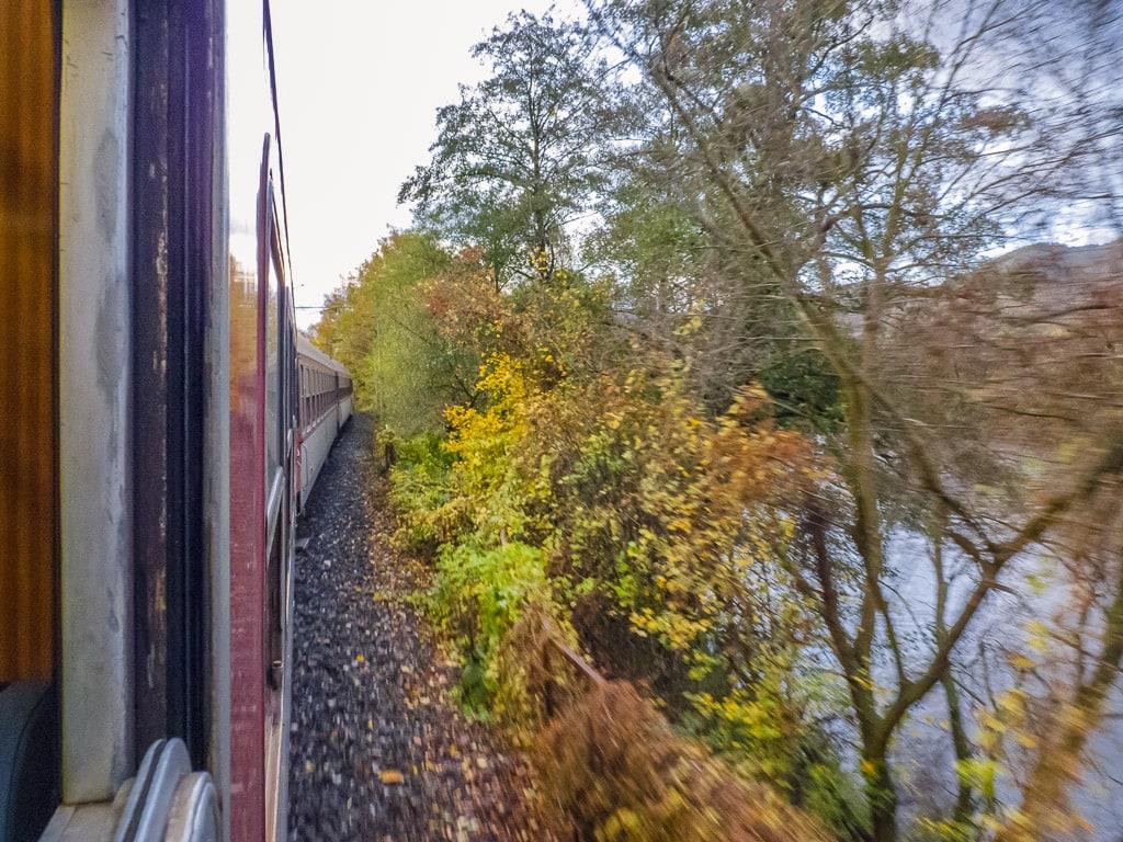 Fluss Hron aus Zugfenster
