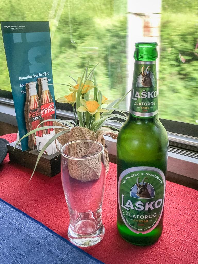 Bier Blumen Fenster slowenischer Speisewagen