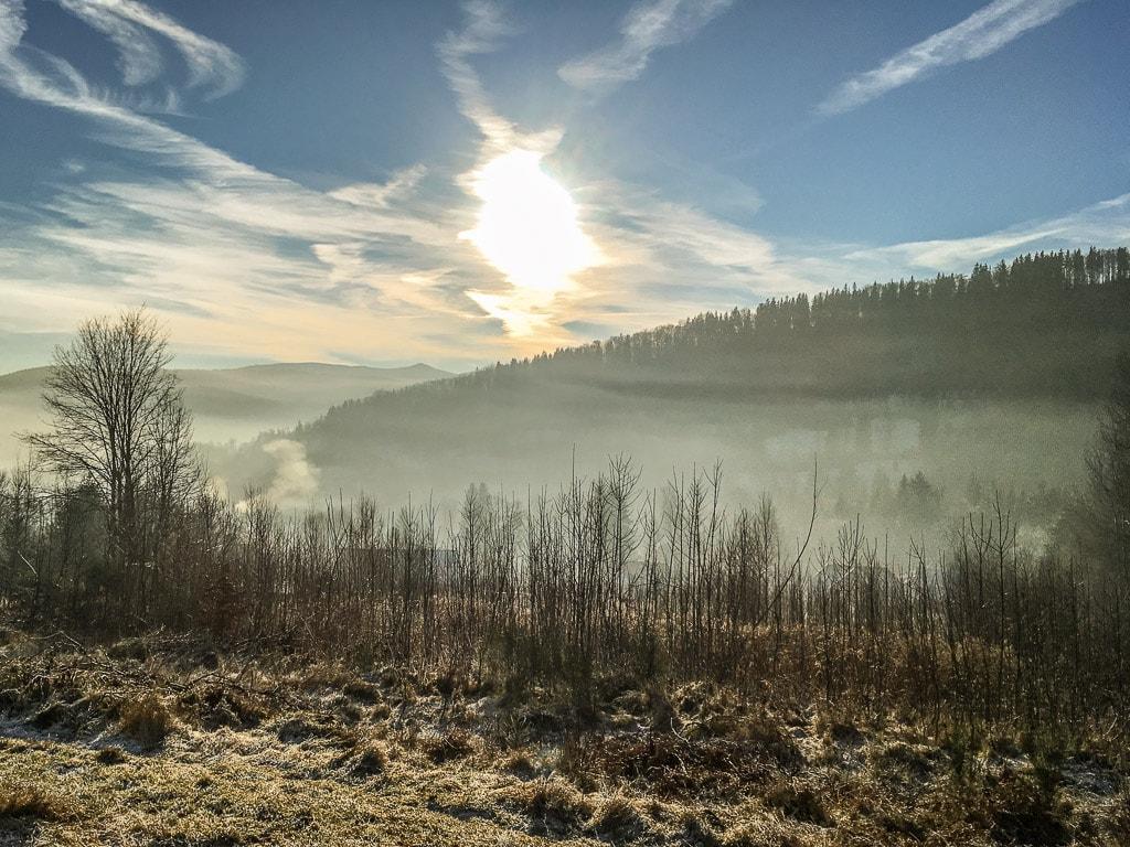 Zackenbahn Winter Nachtzug Fenster Tal Nebel