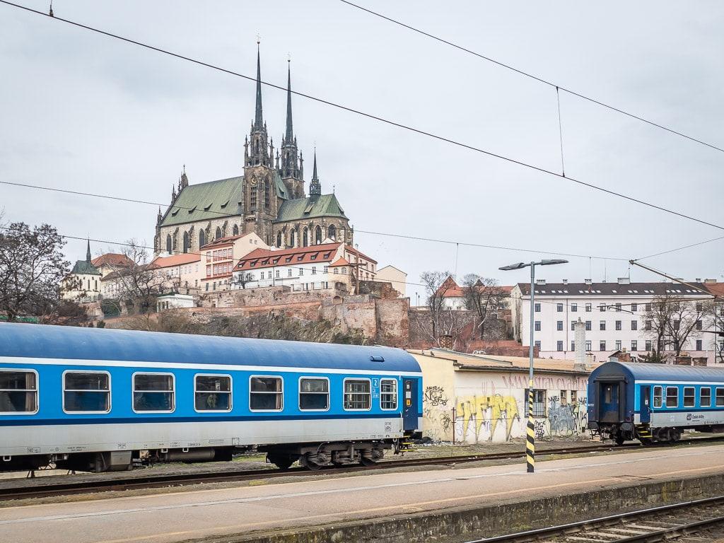 Kathedrale St. Peter und Paul Brno Tschechien Bahnhof Schnellzug