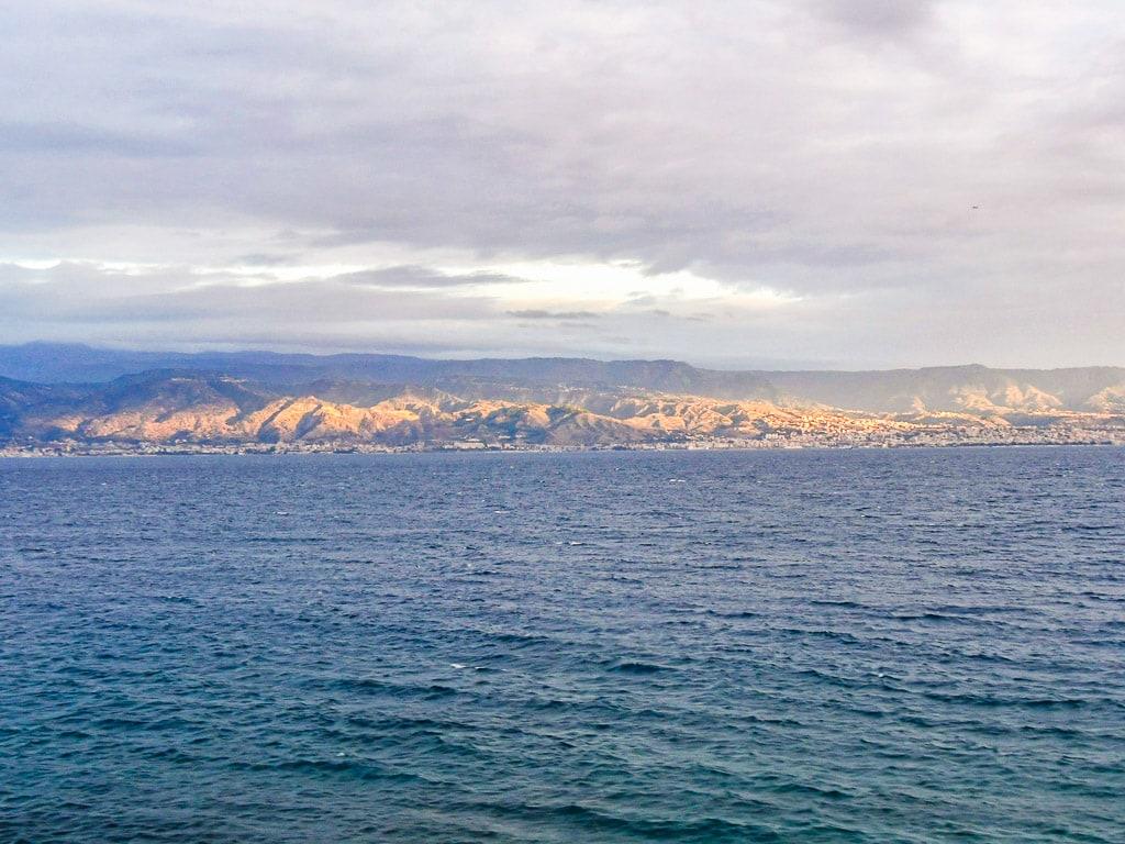 Küste Messina Nachtzug Sizilien