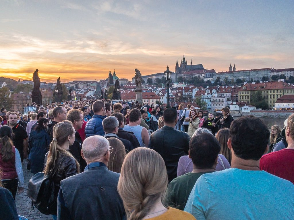 Karlsbrücke Prag Touristen Massen
