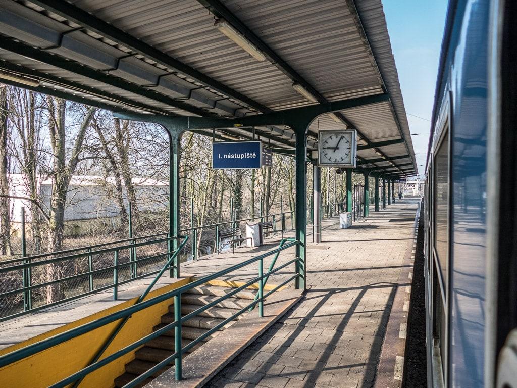 Aussicht Zugfenster Tschechien Bahnsteig
