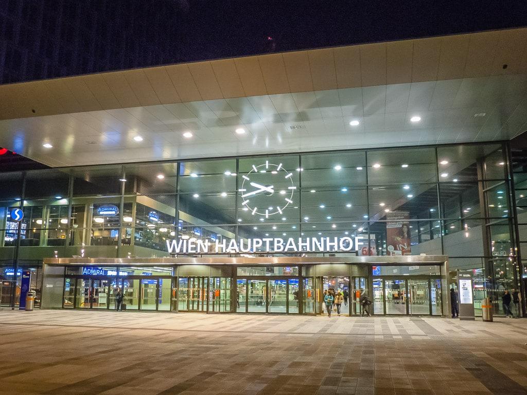Wien Hauptbahnhof bei Nacht