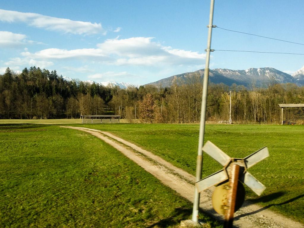 Slowenien Landschaft Bahnübergang