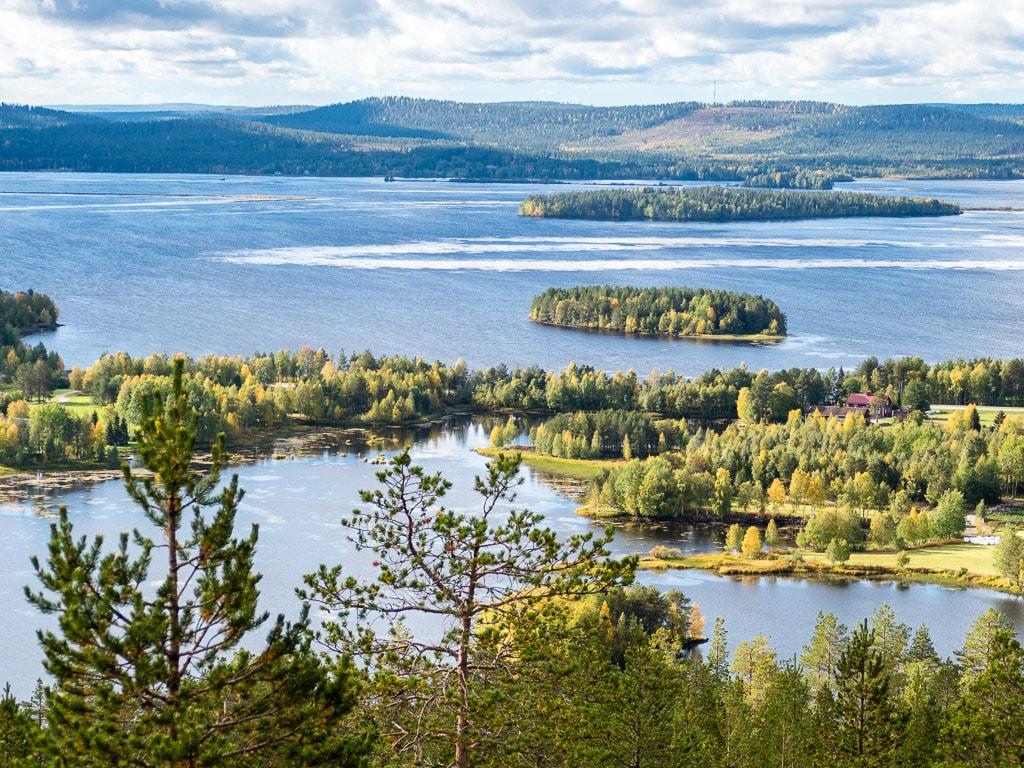 Aussicht auf den See Kemijärvi mit seinen Inseln