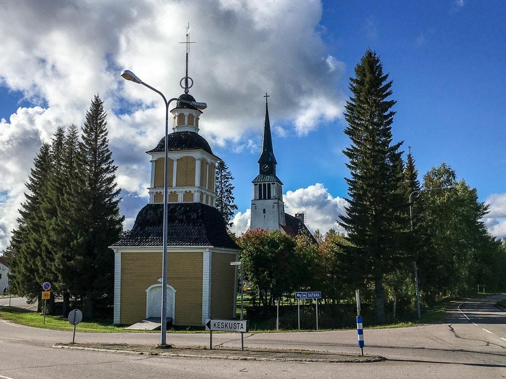 Glockenturm und Kirche von Kemijärvi in Lappland