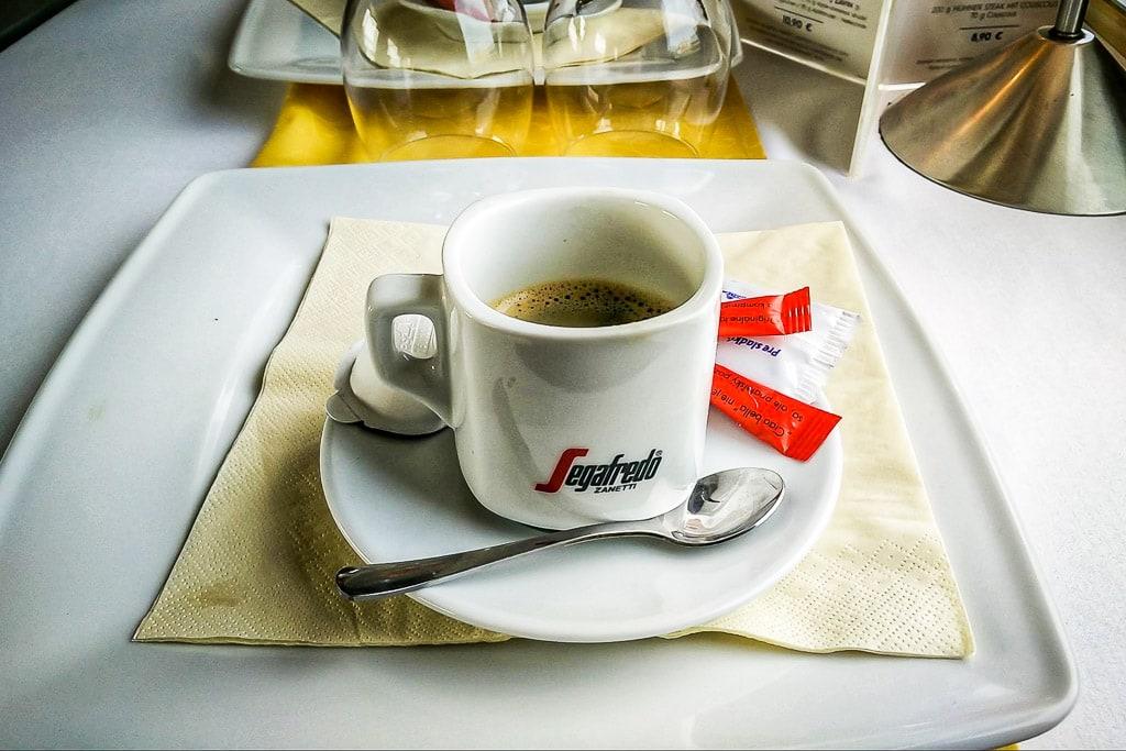 Espresso im Speisewagen in der Slowakei