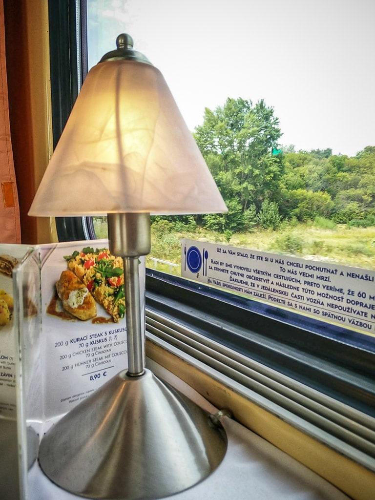 Lampe zum Anknipsen im Speisewagen in der Slowakei