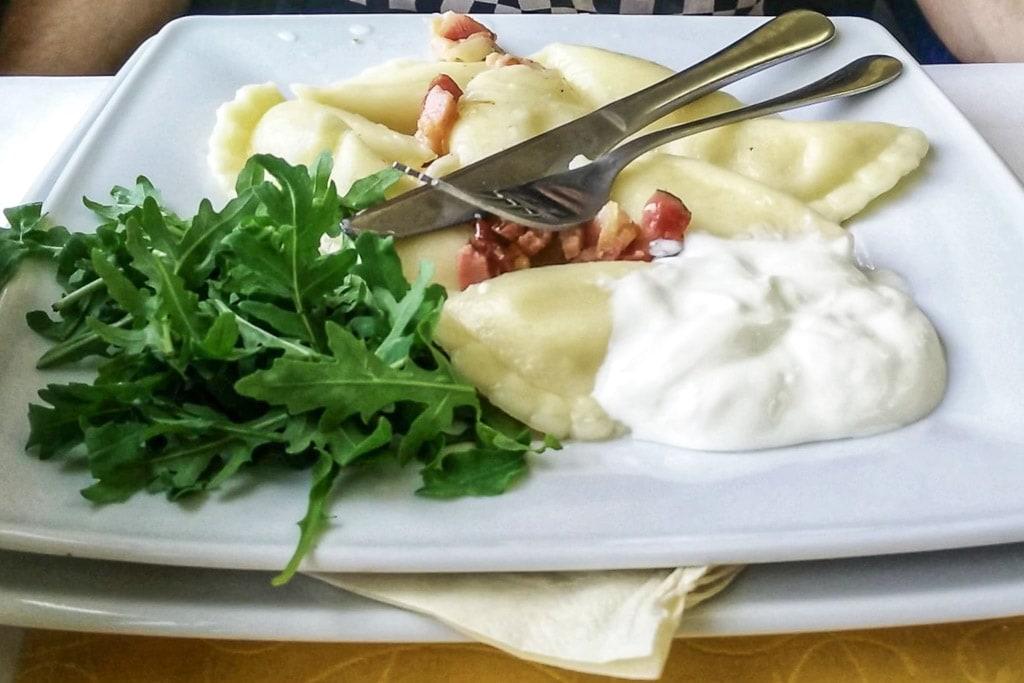 Pirohy mit Speck und Smetana im Speisewagen in der Slowakei