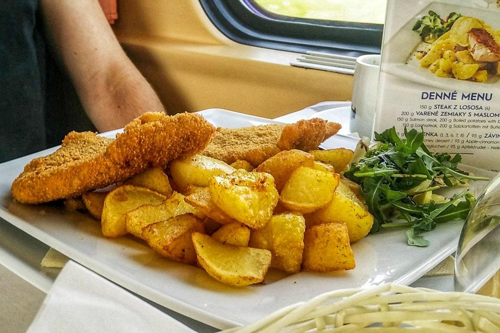 """Ein Schnitzel """"Wiener Art"""" vom Huhn im Speisewagen in der Slowakei"""