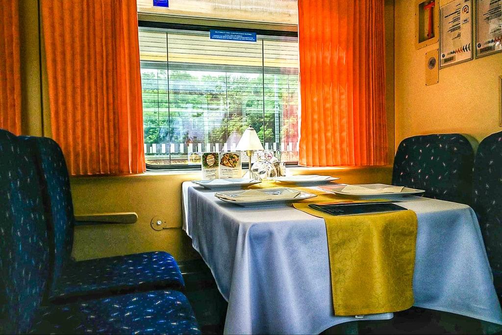 Gedeckter Tisch im Speisewagen in der Slowakei