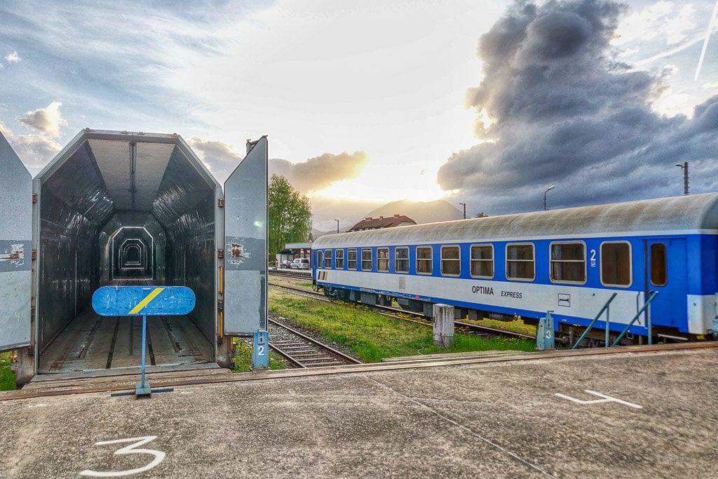 Der Optima Express wird in Villach beladen
