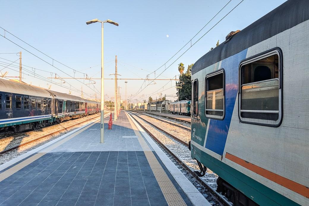 Am Bahnhof von Lecce in Apulien Italien