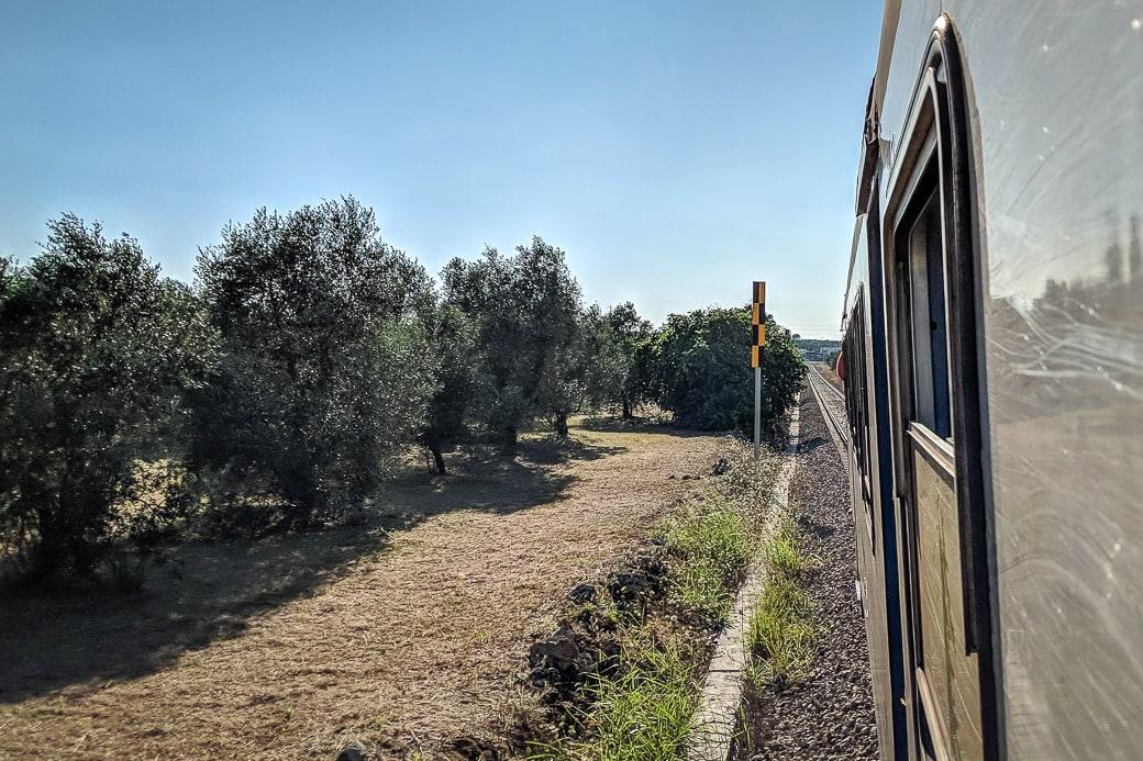 Blick aus einem Zug der FSE in Apulien Salento