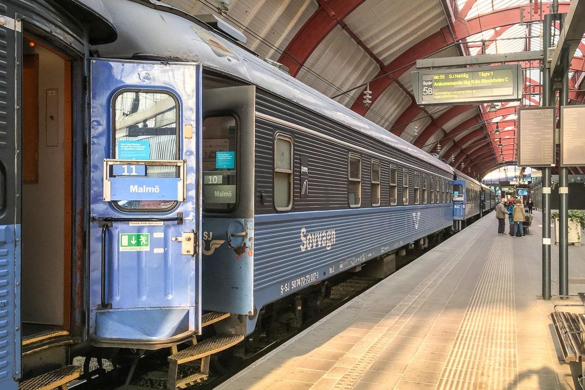 Schlafwagen der schwedischen Eisenbahn SJ im Bahnhof von Malmö