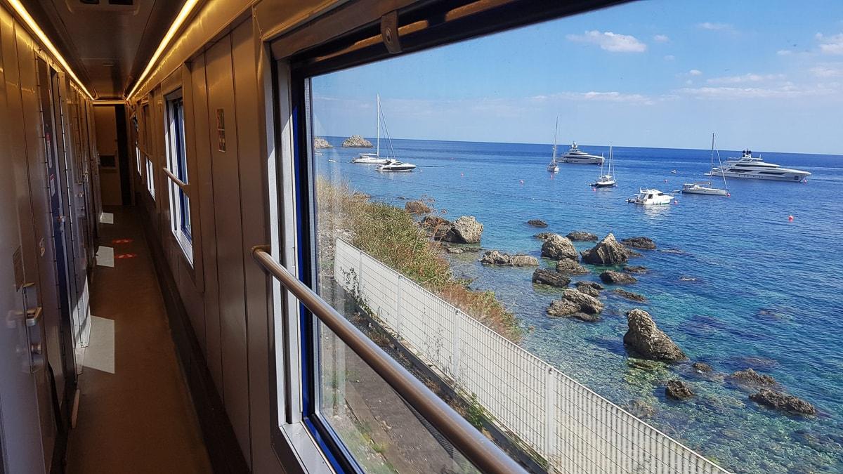 Aussicht aus einem Nachtzug in Italien aufs Meer