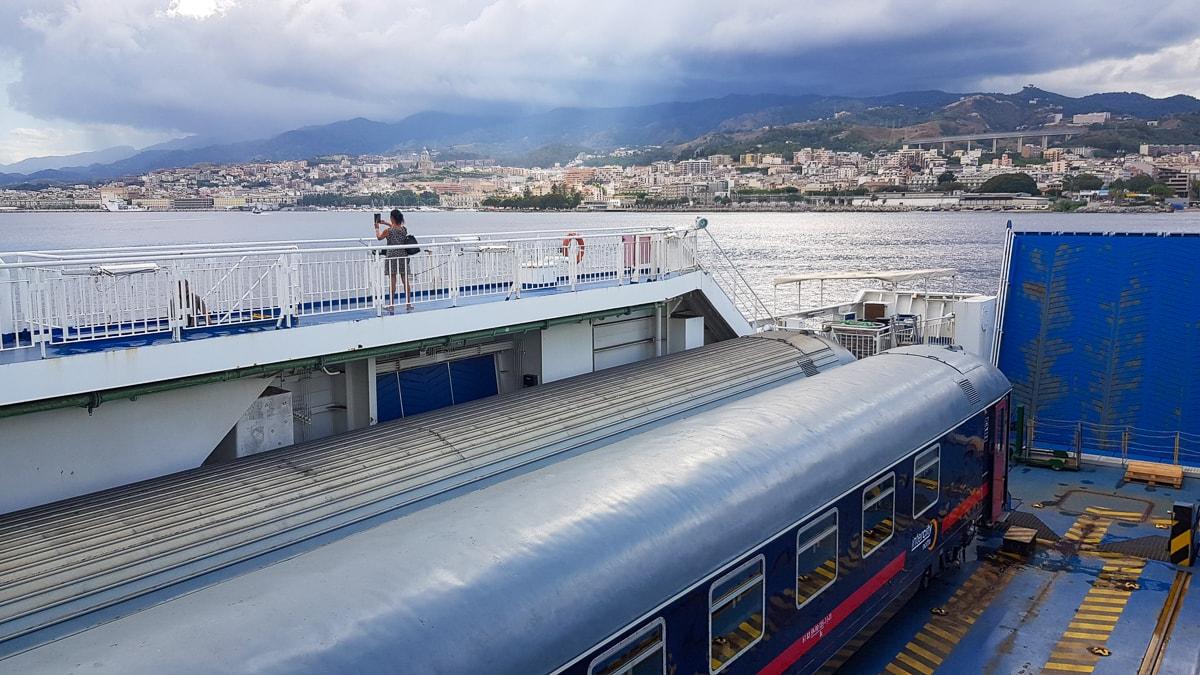 Ein Nachtzug auf der Fähre nach Sizilien, Italien