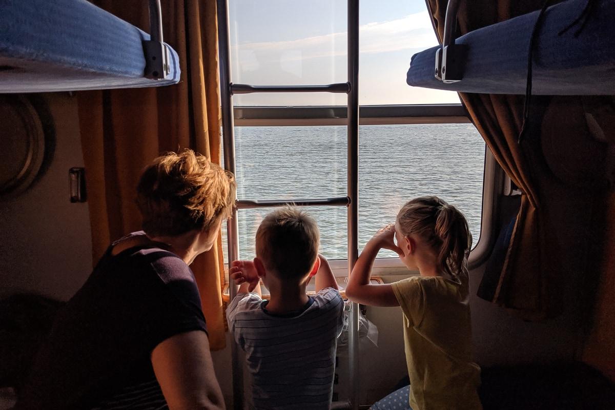 Kinder genießen die Aussicht aus dem Zugfenster im Nachtzug